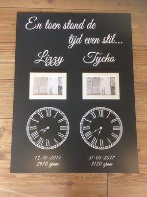 Geboortebord 60 x 80 cm met sticker klokken voor 2 kinderen